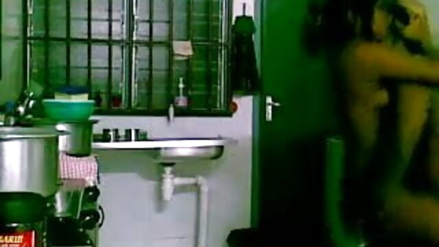 মুখের মধ্যে মানুষ একটি গোলাপ স্কার্ট স্বর্ণকেশী, এবং পরের দিন সেক্সি গান ভিডিও ধাপে ভাজা যাচ্ছে