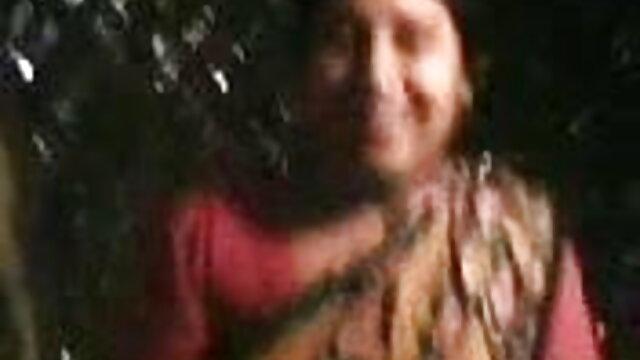 একটি বড় মোরগ অথবা তারা বেডরুমে আগাছা ধূমপান কি প্রক্রিয়ার মধ্যে যৌন সম্পর্ক থাকার যুবক, বাংলাদেশী সেক্সি গান বিছানার উপর