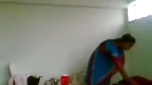 ব্যাপক পোঁদ সঙ্গে শ্যামাঙ্গিনী মহিলার নদীর তীরে অন্যদের সামনে স্ট্রিপটিজ সেক্সি গান দাও ফিট.