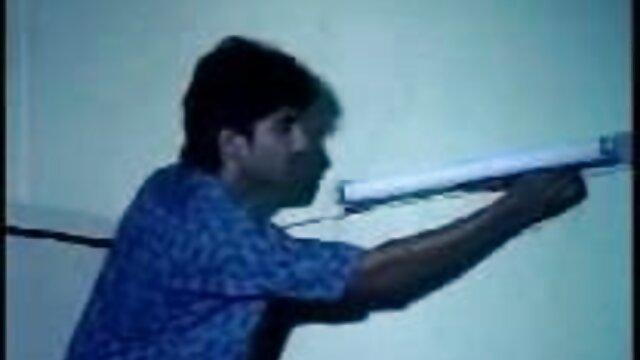 একজন গর্ভবতী মহিলার তার পিছনে সেক্সি সেক্সি গান স্থাপন, এবং দয়িত উল্লম্ব ধাপে বহন করে