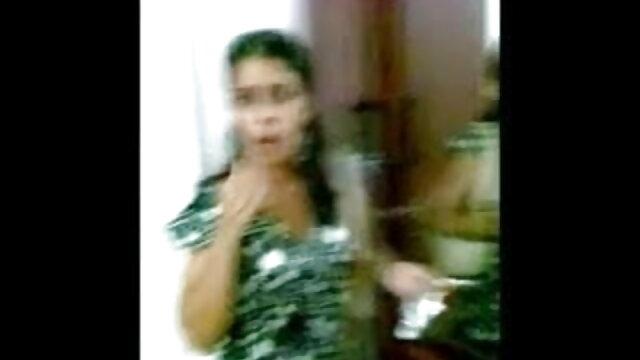 মেয়ে ব্যায়াম সঙ্গে ব্যস্ত এবং তোলে তার জিহ্বা রূদ্ধ সেক্সি হট সং করা উপর ক্যামেরা