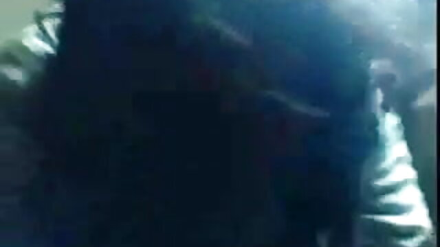 একজন নিজের মূত্রে ইংলিশ সেক্সি গান টান দিয়ে টান মারে