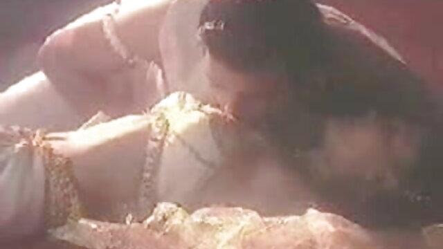 বিছানায় স্টকিংস ক্যান্সারে স্বর্ণকেশী ইলাস্টিক সেক্সি সেক্সি গান নিতম্ব তার হাত ধরে