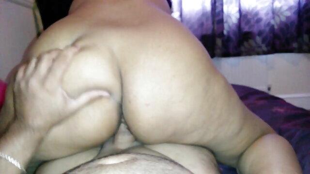 পালঙ্ক উপর একটি ভাল মেজাজ একটি ছোট গ্রুপ. সেক্সি সং সেক্সি সং