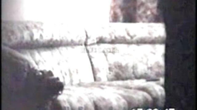 ঊরুসন্ধি উপর তলায় একটি যুবক উল্লম্ব গাল উপর পূর্ণ, এবং না বাংলা সেক্সি সং